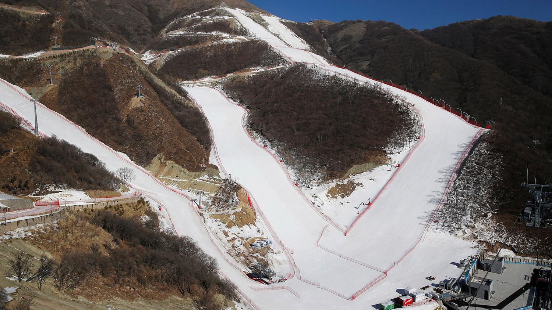 北京和河北为缺雪地带,奥运赛区大规模仰赖人造雪,白色雪道和苍黄山头形成对比,图为国家高山滑雪中心。(路透社)