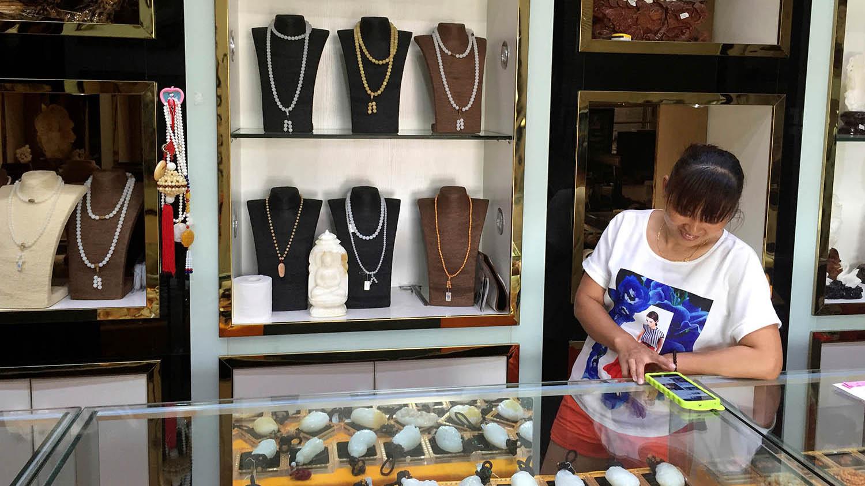 海南省未颁布砗磲贝禁令前,门市陈列琳琅满目的相关制品。(路透社)