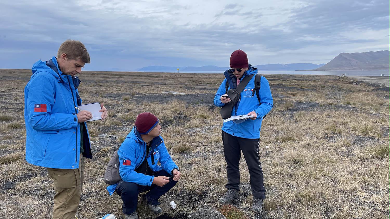 中央大学地球科学系教授郭陈澔(中)协同波兰、台湾研究人员,在极地展开冰震调查研究。(中央大学提供)