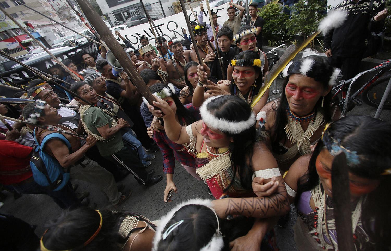 亚马逊雨林区的原住民抗议森林过度开发,引爆野火燎原。(美联社)