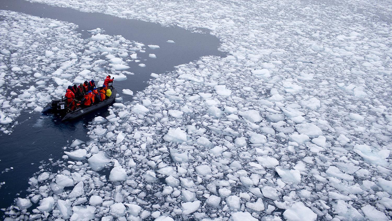 全球暖化,南极融冰率不断攀升,加上极地旅游升温,生态环境雪上加霜。(美联社)