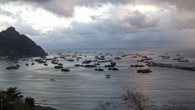 由于北韩海域天候不佳,中国渔船停泊在南韩港口。(南韩郁陵郡政府提供)