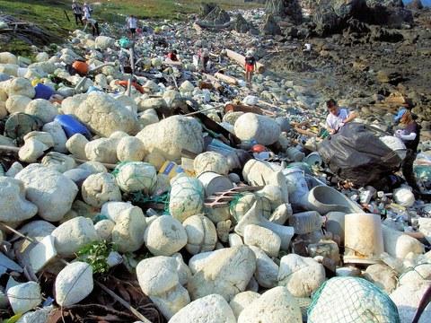 大量發泡浮具隨海流入侵臺灣離島,澎湖海岸放眼一片白茫茫,推估來自中國的養殖漁業。