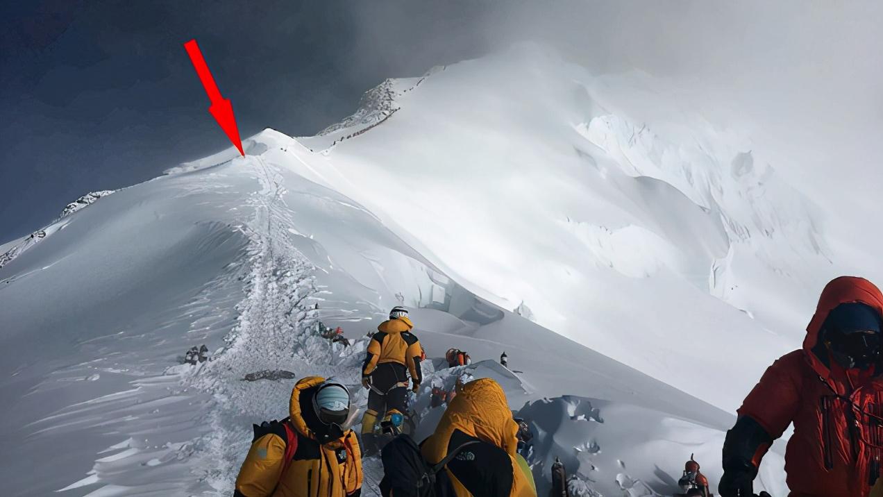英国科学家在珠峰海拔8440米的平台区发现微塑料的踪影。(翻摄自《One Earth》官网)