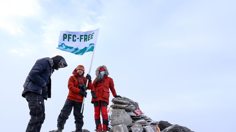 中港台三地登山家穿上无氟涂层的户外衣物,成功登上四姑娘山。(绿色和平提供)