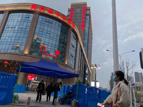 资料图片:2021年2月6日,警卫人员在武汉市中心医院的入口。