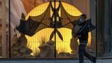 2020年3月15日,一名戴着口罩的男子走過在北京一家購物中心展示的機械蝙蝠。