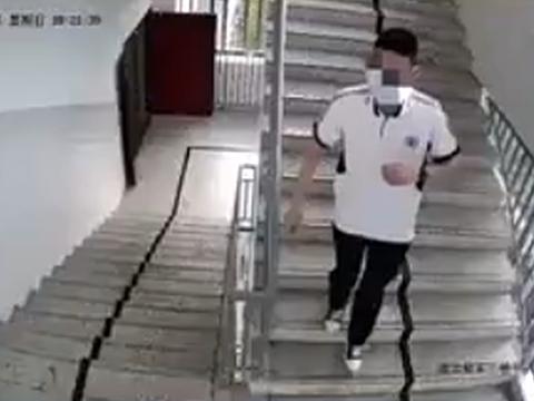 成都四十九中学生坠楼案中国官方媒体央视5月13日播放的监控视频片段