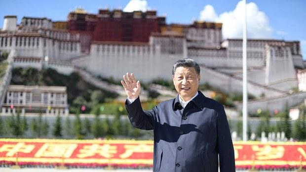 2021 年 7 月 22 日,习近平在西藏自治区拉萨布达拉宫前挥手致意。