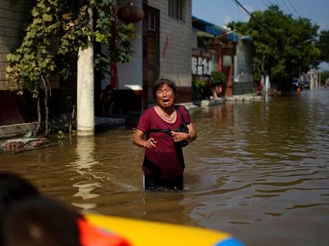 河南水灾中一名受灾妇女在哭泣。