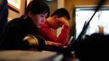 图片:北京无线网吧顾客在网上浏览 (法新社)