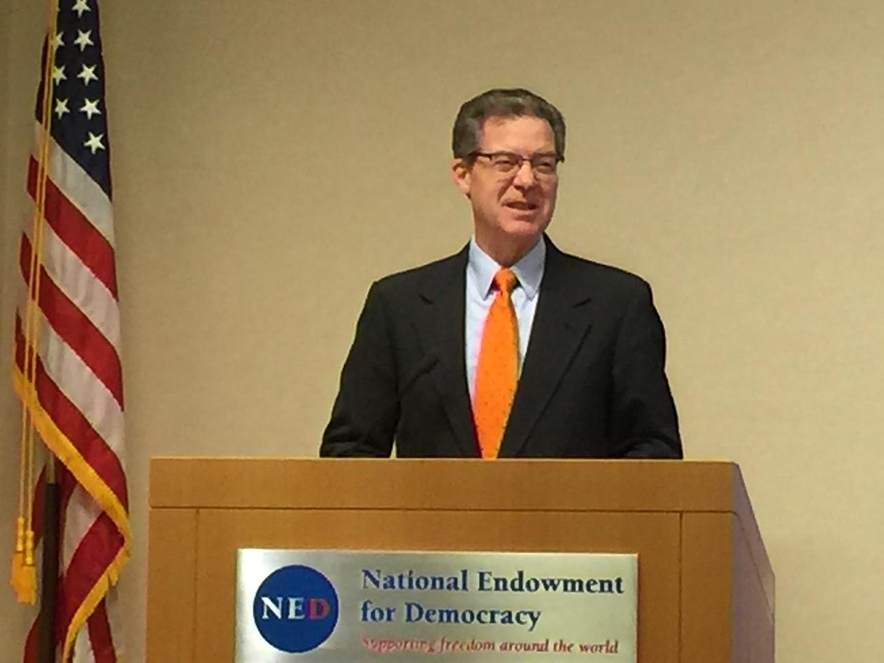 美国国务院国际宗教自由无任所大使山姆.布朗巴克在美国国家民主基金会纪念六四三十周年研讨会上演讲。(安培提供)