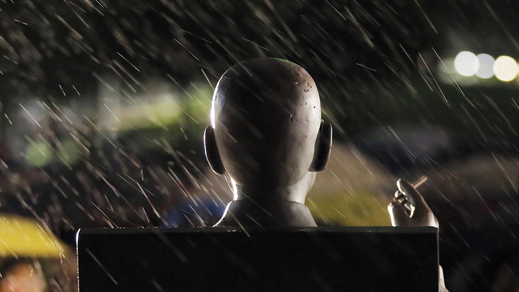 2020年7月13日,香港民众在纪念刘晓波逝世三周年。图为位于香港的刘晓波雕像。(美联社)