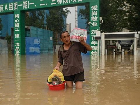 郑州水灾中的灾民。