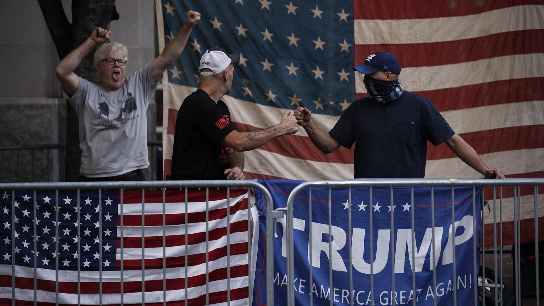 費城的特朗普的支持者在和向對面的拜登的支持者喊叫。(美聯社)