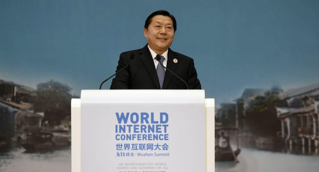 资料图片:2015年12月18日,原中国国家互联网信息办公室主任、中宣部副部长鲁炜在乌镇举行的世界互联网大会上讲话。(路透社图片)