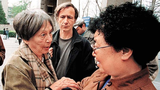 斯諾夫人2000年4月與難屬蘇冰嫺短暫會面,中間男士是斯諾的兒子(網絡資料).PNG