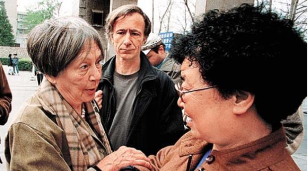 斯诺夫人2000年4月与难属苏冰娴短暂会面,中间男士是斯诺的儿子(网络资料).PNG