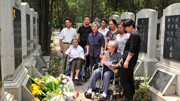 """""""六四""""28周年难属在万安公墓祭奠遇难亲人(难属提供).jpg"""