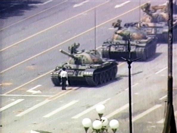 """图片:1989""""六四""""天安门事件期间,王维林用自己的身体阻挡一队在天安门附近长安街上的坦克。(网络资料)"""