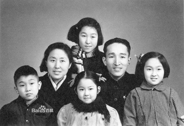 图片:卞仲耘(中左一)与家人合影(百度百科)