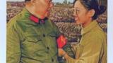 宋彬彬向毛泽东献红卫兵袖章(当年全国通发照片).PNG