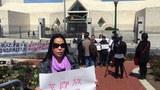 黄燕的姐姐黄红英在中国驻美使馆前呼吁释放黄燕(黄红英提供)
