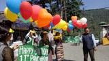 西藏婦女會在達蘭薩拉放飛多支裝有祝詞的氣球 紀念班禪喇嘛生日