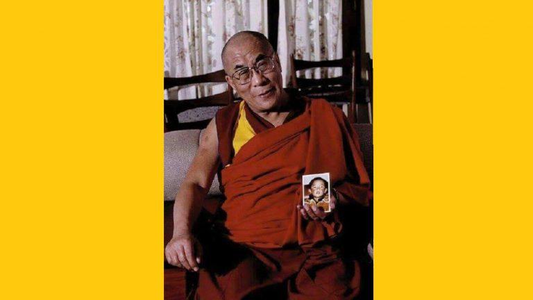 達賴喇嘛手持班禪喇嘛幼年的照片。(西藏之聲)