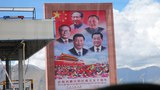 西藏拉薩的一個高速公路旁邊的中國國家領導人的畫像。