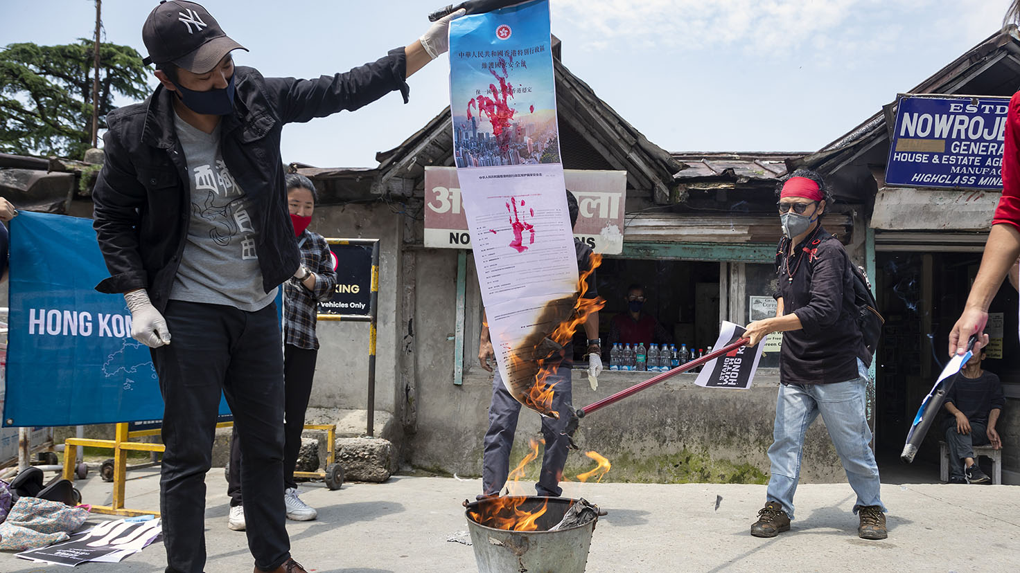 2020年7月4日,印度达兰萨拉的流亡藏人抗议中国压制香港自由。(美联社)