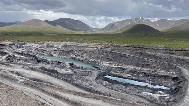 据媒体披露青海木里煤田聚乎更矿区,长期大规模进行露天非法开采煤矿。(Public Domain)