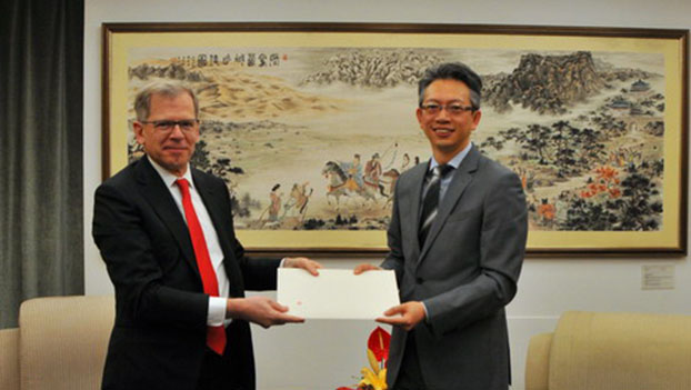 瑞士駐華大使羅志誼(Bernardino Regazzoni,左)。(中國外交部網站)