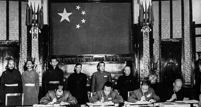 西藏代表与中共签订十七条和平协议时的合影。(Public Domain)