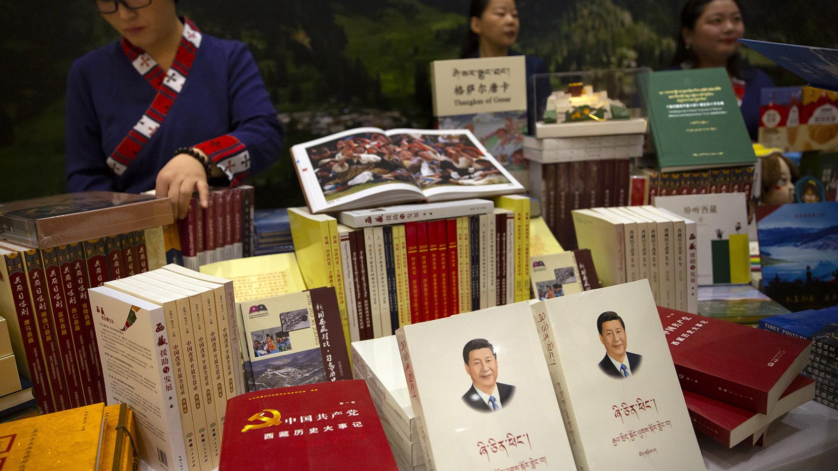 《习近平谈治国理政》的藏文版书籍。(美联社)
