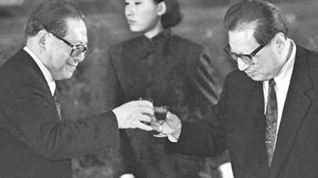 江泽民(左)和乔石。(Public Domain)(photo:RFA)