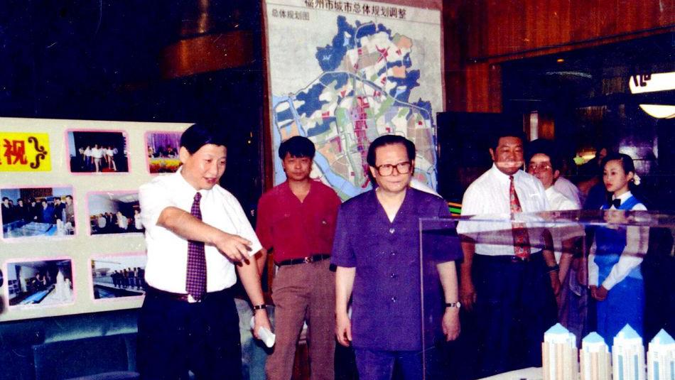 江泽民(左三)1994年在习近平(左一)、贾庆林(左四)陪同下视察福州。(Public Domain)