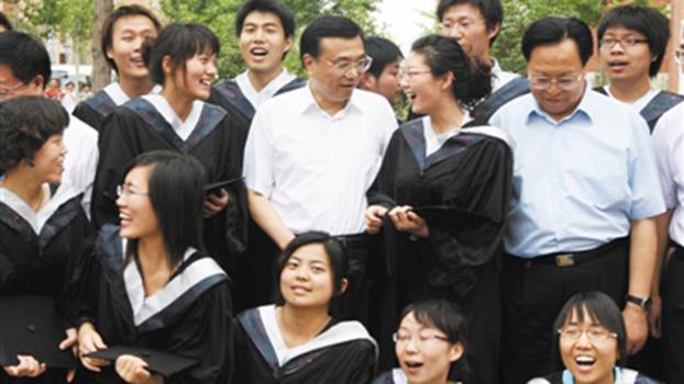 李克强与大学生在一起。(Public Domain)