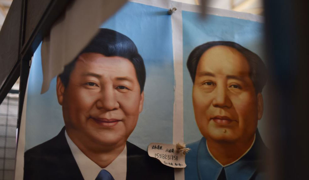 图为北京市场上的中国国家主席习近平像和毛泽东像。(AFP图片)