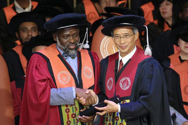 南非约堡大学授予习近平主席工程学名誉博士学位,中国驻南非大使林松添代表习近平主席接受学位证书。(中国驻南非大使馆网站)