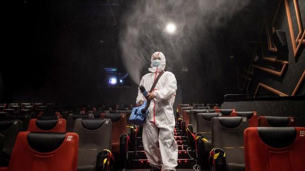 2020年7月20日,一名工作人员在武汉的一家电影院消毒。(法新社)
