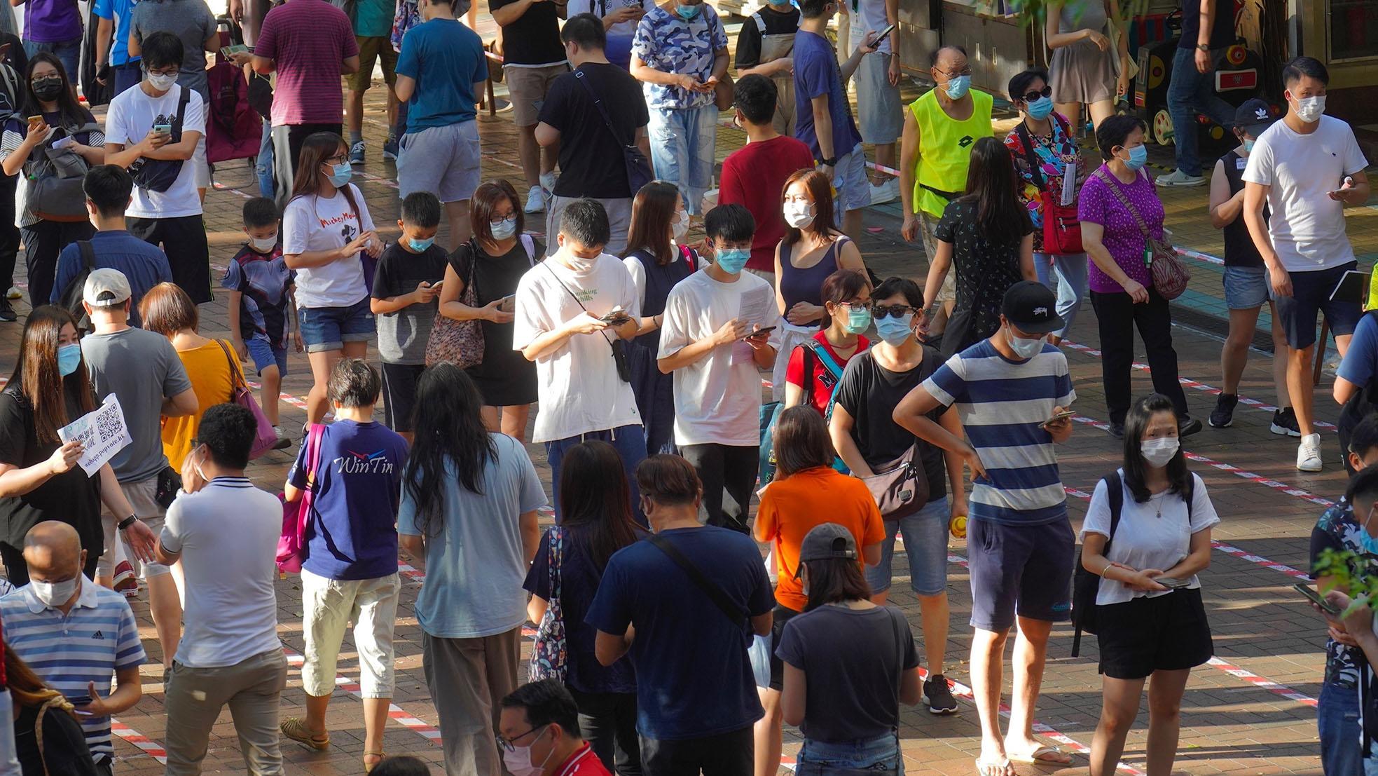 2020年7月12日,香港民众排队选举支持民主派人士。(美联社)