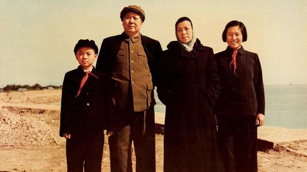 1954年,毛遠新、毛澤東、江青、李訥。 (維基百科)
