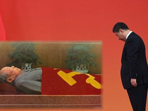 2019年9月30日,习近平等党和国家领导人来到毛主席纪念堂,向毛泽东坐像三鞠躬,并瞻仰了毛泽东的遗容。