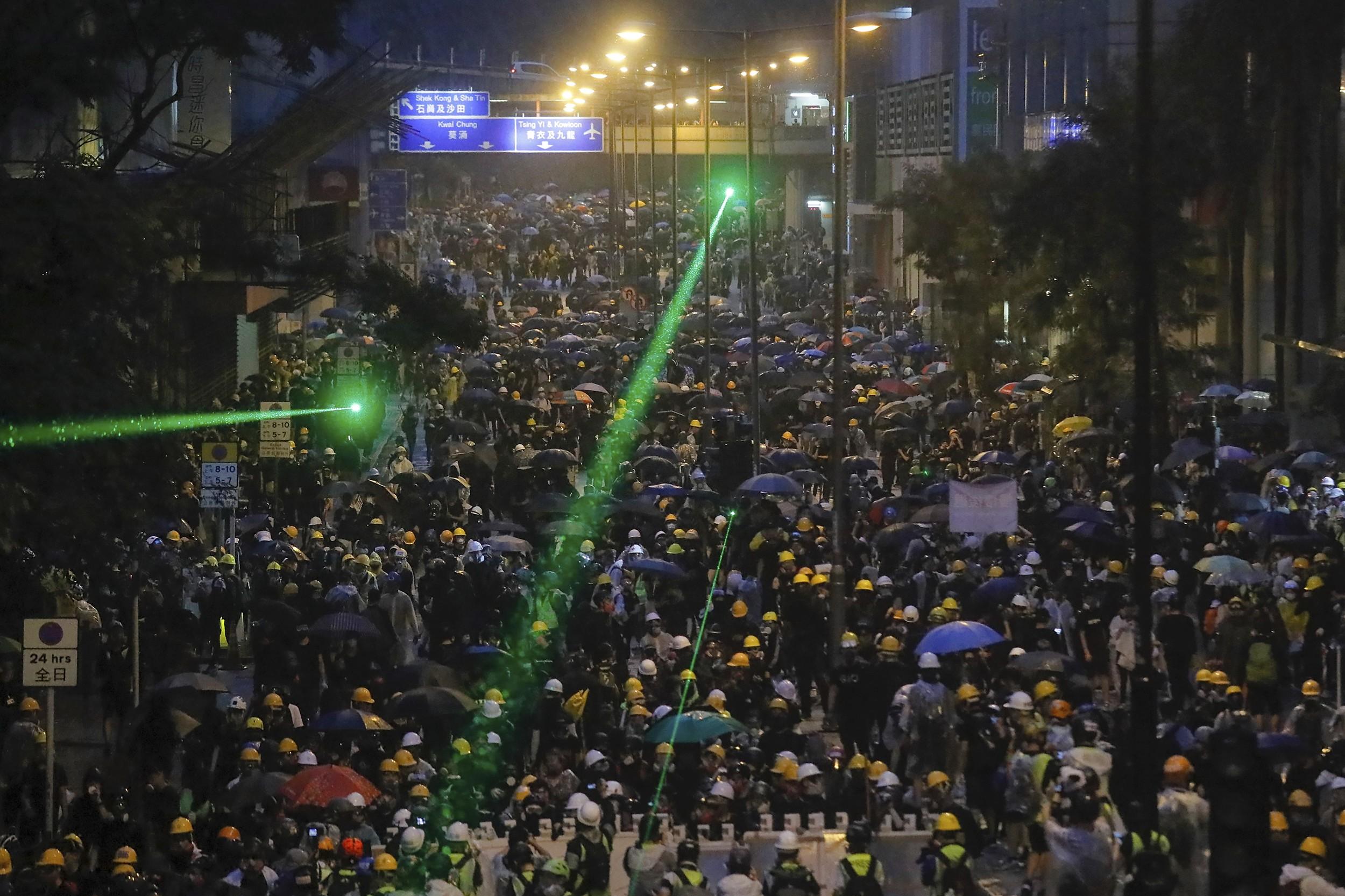 香港抗议民众用激光笔对准警方。(美联社)