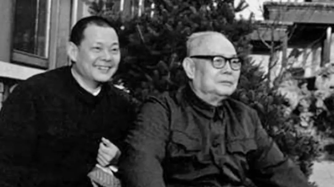 叶选平(左)和父亲叶剑英。(Public Domain)
