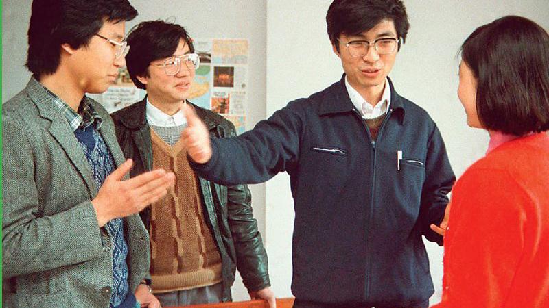 青年时期的王沪宁(右二)。(Public Domain)