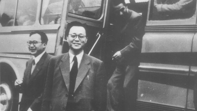 �S敬(中)1956年率�F赴�K�考察�w���r�z。(Public Domain)