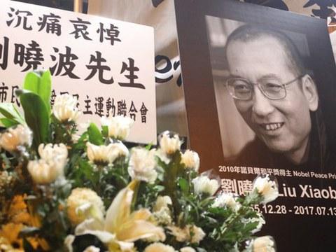 香港市民沉痛悼念刘晓波逝世。
