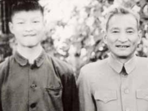 20世纪60年代初,陈云与陈元(左一)在北长街家中。